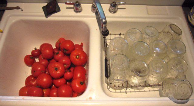 prepping-tomatoes-and-jars